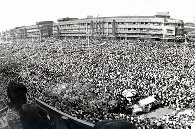 1973_thai_students_uprising_Ratchadamnoen_Avenue