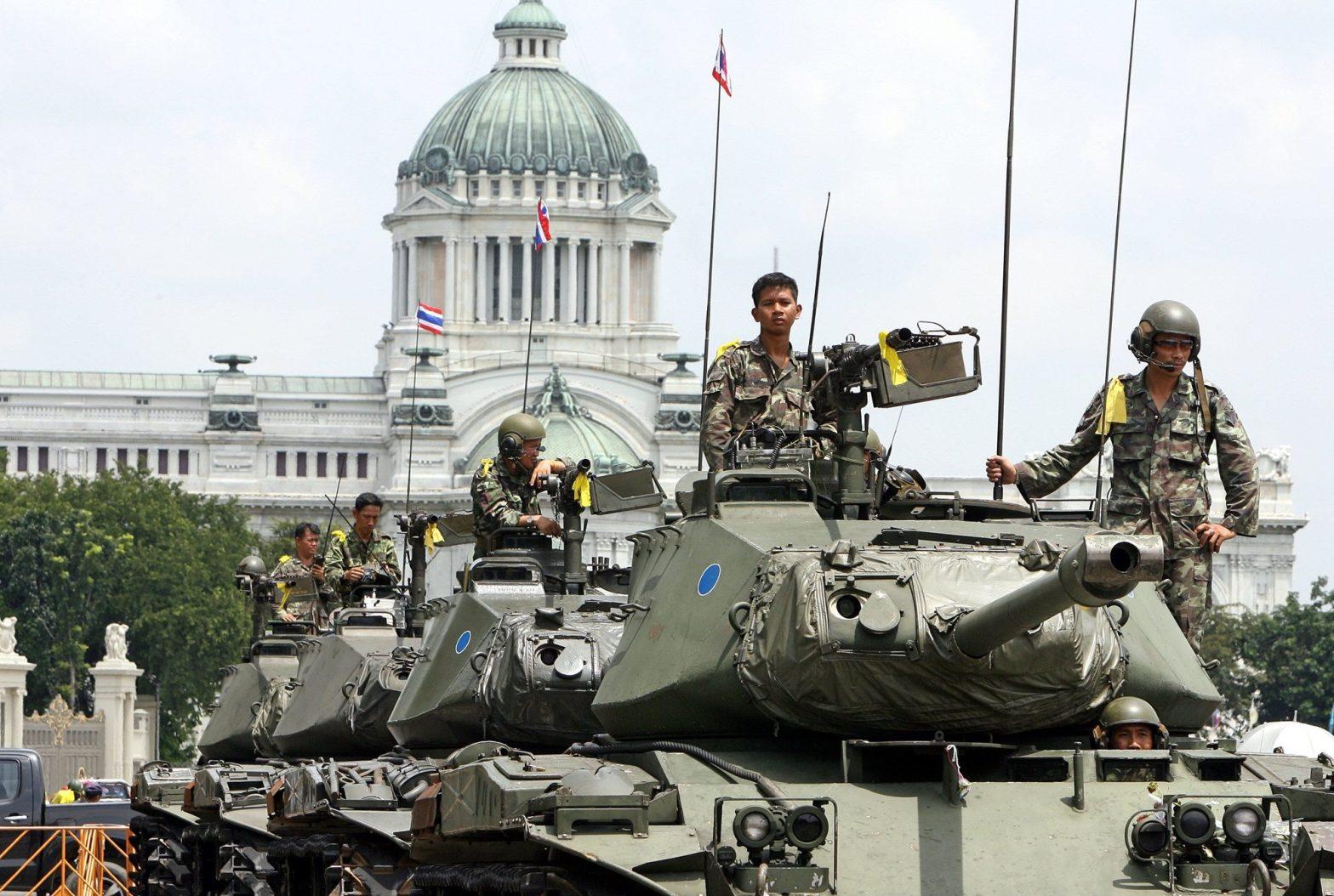 Los militares portan el distintivo lazo amarillo monárquico durante el golpe de estado de 2006 en la Plaza Real de Bangkok, de fondo el Salón del Trono Ananta Samakhom del Palacio Dusit| Fuente: Saeed Khan / AFP