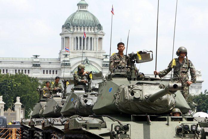 Los militares portan el distintivo lazo amarillo monárquico durante el golpe de estado de 2006 en la Plaza Real de Bangkok, de fondo el Salón del Trono Ananta Samakhom del Palacio Dusit  Fuente: Saeed Khan / AFP